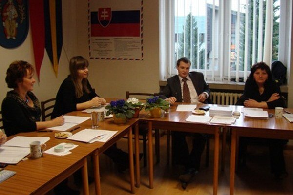 Členovia volebnej komisie vo Varíne