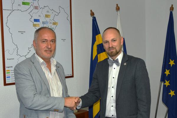 Rastislav Caletka (vľavo) je už oficiálne poslancom TTSK.