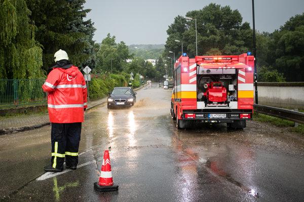 Hasiči odčerpávali najmä vodu zo zatopených ciest a budov.