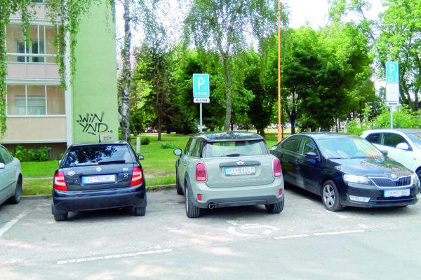 Brixiho auto na cudzom mieste pre invalidov pri Braniskovej 5, ktoré odfotil náš čitateľ.
