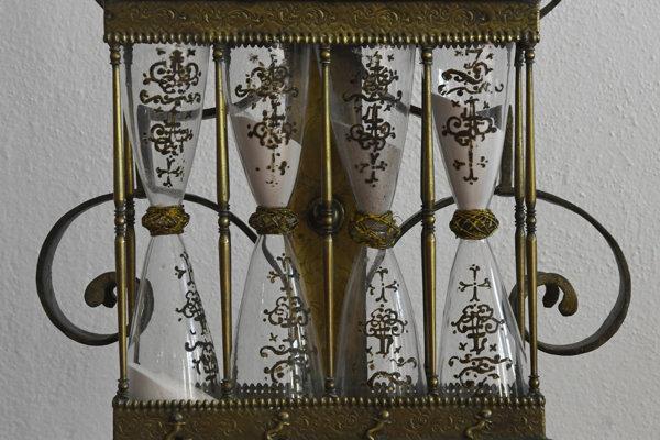 Na snímke presýpacie hodiny (detail) z 19. storočia.