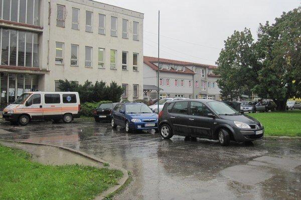 Autá parkujú pred poliklinikou chaoticky už dlhú dobu.