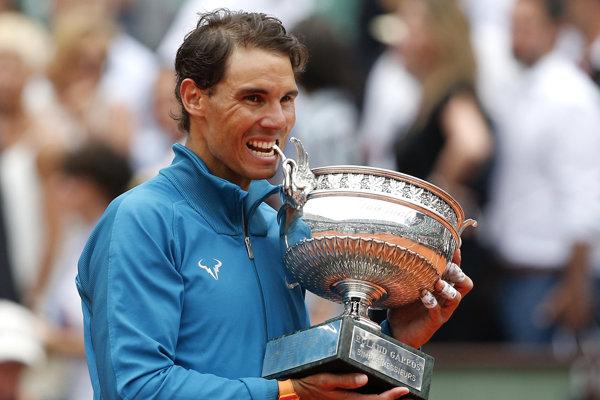 Rafael Nadal si zahryzol do trofeje na Roland Garros jedenástykrát v kariére.