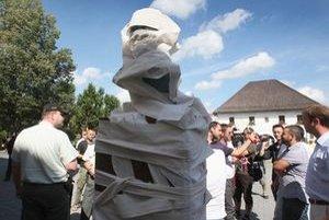 Spolu s ďalšími štyrmi kolegami obtáčal nedávno publicista Eduard Chmelár bustu Ferdinanda Ďurčanského na Námestí SNP v Rajci toaletným papierom.
