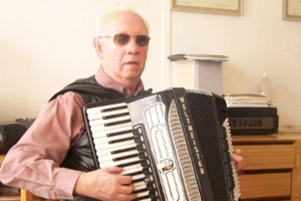 Ján Praženica mal k hudbe mal blízko už od kolísky. Akordeón ho dostal svojím  zvukom a všestranným využitím.