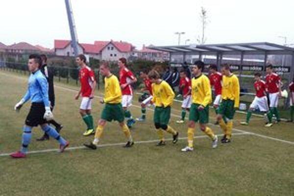 Starší žiaci MŠK nastupujú na zápas proti maďarskej reprezentácii.