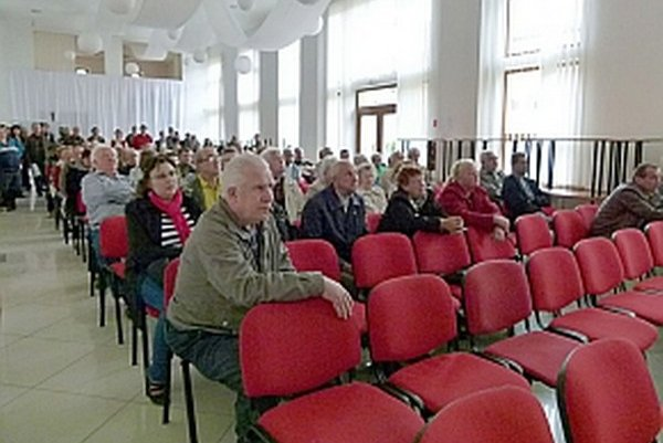Na zhromaždenie prišlo dosť ľudí, no sála plná nebola.