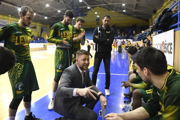 Teo Hojč dáva pokyny svojmu tímu BK Levickí Patrioti.