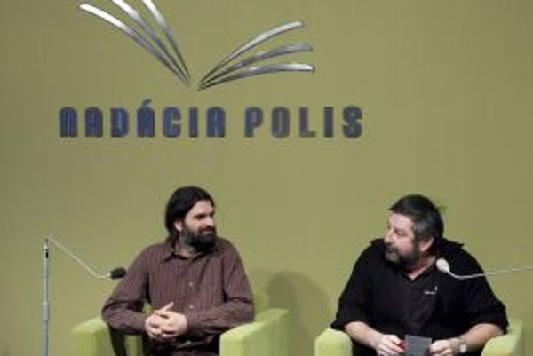 Teológ Juraj J. Dovala s podnikateľom Jánom Košturiakom hovorili v Nadácii POLIS o meditácii. Nechýbala praktická meditácia, autogramiáda kníh oboch autorov ani folkové pesničky J. J. Dovalu.