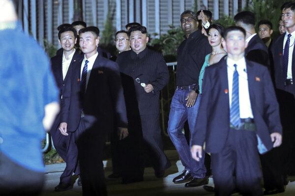 Severokórejský líder Kim Čong-un (uprostred) sa vybral na večernú prehliadku Singapuru.