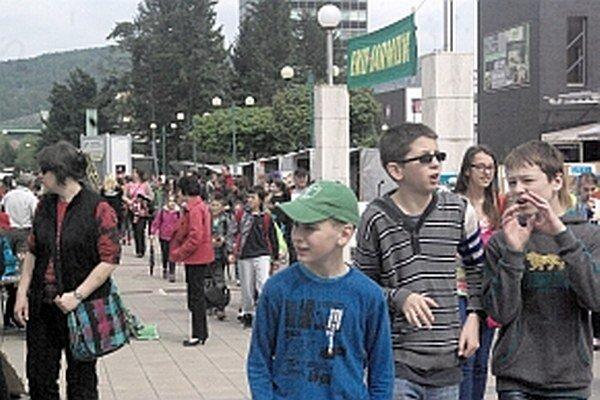 Pri stánkoch sa zastavovali deti i dospelý.