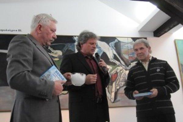 Milan Matušinský (v strede) pokrstil knihu Ladislava Hrubého (vpravo) snehom.