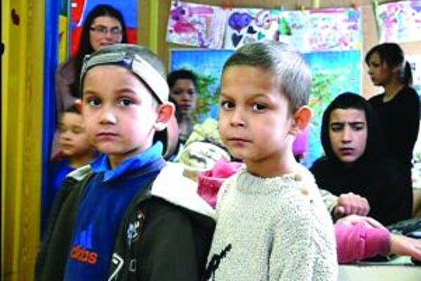 Deti z nízkoprahového centra. Môžu si v ňom zahrať stolný futbal či hrať sa.