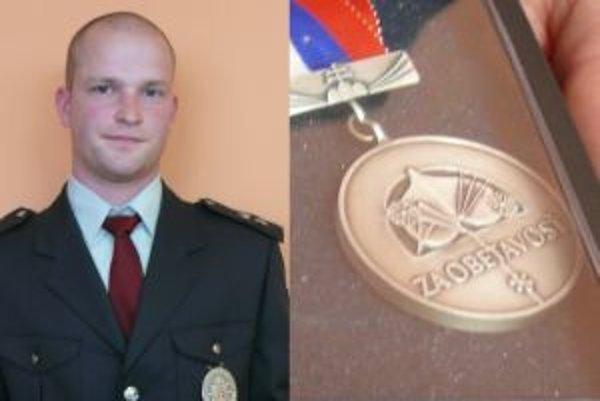 Ocenený policajt Peter Dudoň. Dostal medailu ministra a krajského riaditeľa.