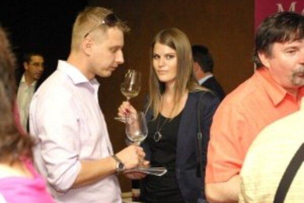 Niektorí hostia venovali vínam profesionálnu pozornosť.
