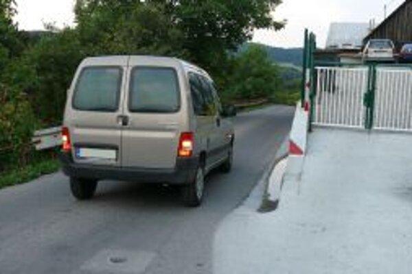 Úzka cesta vo Vraní. Zmestí sa na ňu len jedno auto.