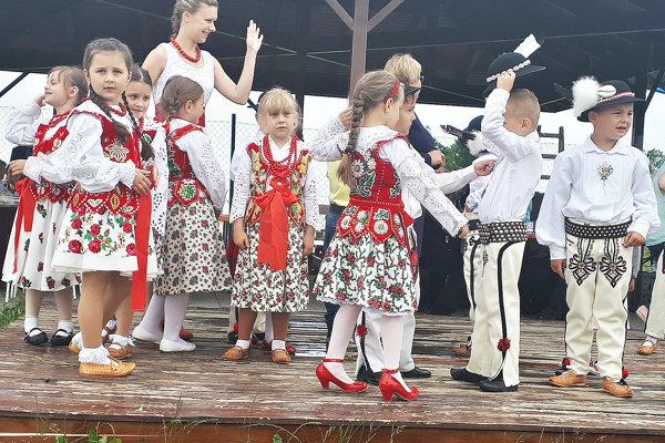 Najmenší suchohorskí folkloristi – škôlkari.