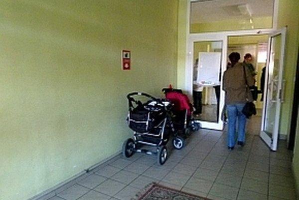 Mamičky musia nechať kočíky pred vstupom do hlavnej časti nemocnice.