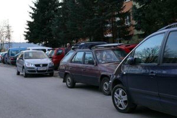 Plné parkoviská sú realitou všetkých žilinských sídlisk.