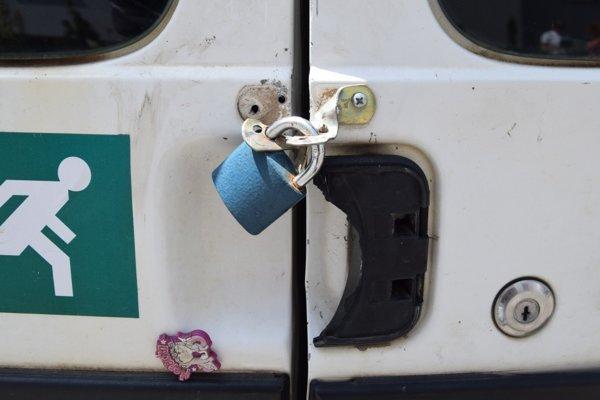 Na jednej dodávke zlodej vylomil visací zámok.