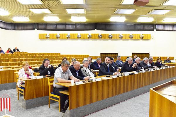 Aj v ďalšom volebnom období do poslaneckých lavíc zasadne 25 poslancov.