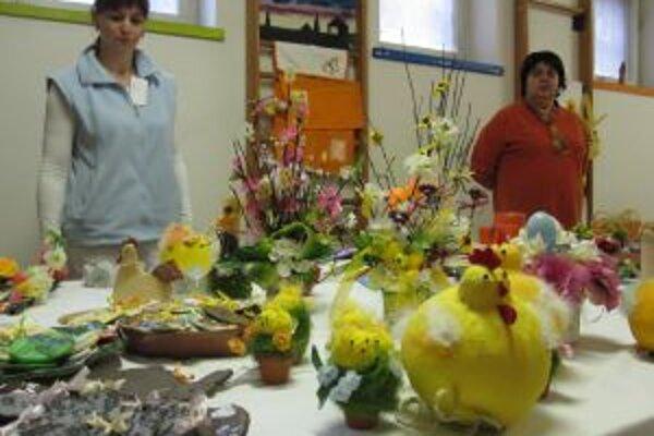 Veľkonočna výstava v nemocnici. Kamila Sauermannová pri výrobkoch od pacientov.