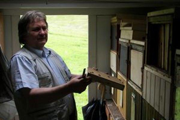 Jozef Orlíček má so včelami dlhoročné skúsenosti.
