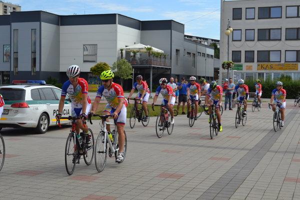 Cyklisti na humenskom námestí.