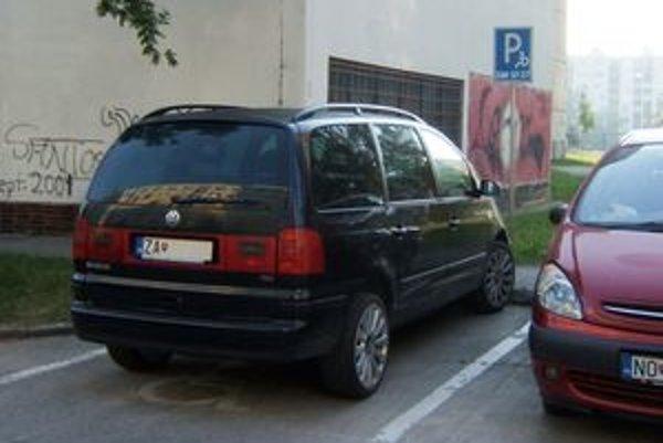 Vyhradené parkovisko pre auto so značkou ZAH 57 - 27. Fotografia je stará týždeň.