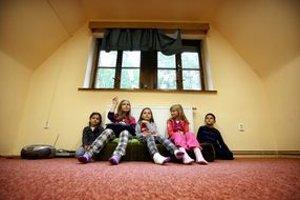 Deti lákajú okná. Nebezpečenstvo, ktoré im hrozí, si ešte neuvedomujú.