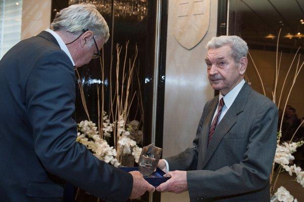 Ladislav Lajcha počas preberania ceny za celoživotné dielo.