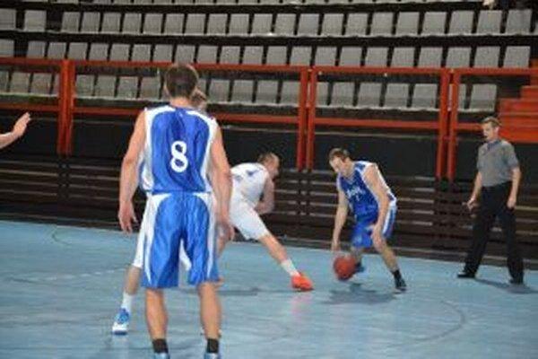 Hráči Karlovky (v modrom) zásluhou lepšieho záveru na Považí vyhrali.