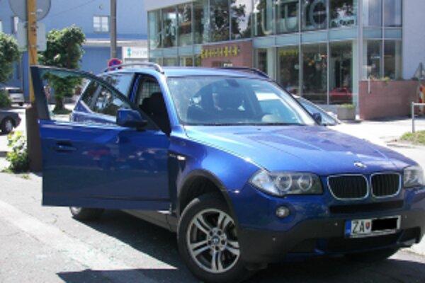 Stačila chvíľka nepozornosti majiteľky a zlodej jej vykradol auto.