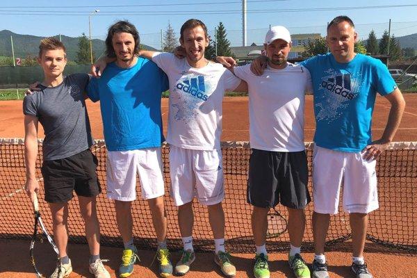 Zľava: Boris Herman, Matej Baliak, Peter Pištek, Daniel Vala ahrajúci kapitán mužstva Miloš Herman.