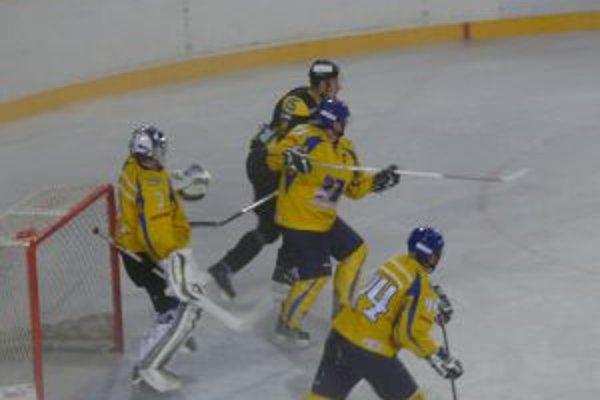 Žilinčania neuspeli ani proti Piešťanom. Nepresadil sa ani Michal Kokavec (v tmavom).