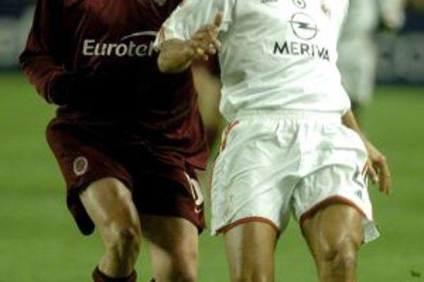 V drese Sparty v súbojoch s gigantmi. Rastislav Michalík v zápase s AC Miláno, vpravo Cafú.