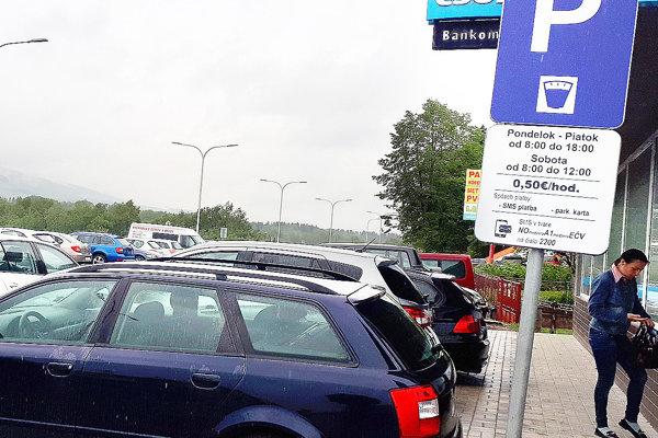 Pri banke vedľa cestného prieťahu je nové parkovisko, ktoré je tiež spoplatnené.