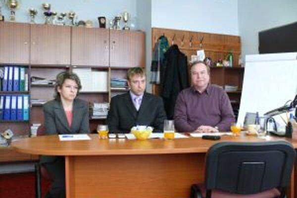 Nespokojní starostovia. Predstavitelia troch obcí - zľava Andrea Šimurdová, Juraj Strýček a Pavol Gomola. Trápi ich diaľnica.