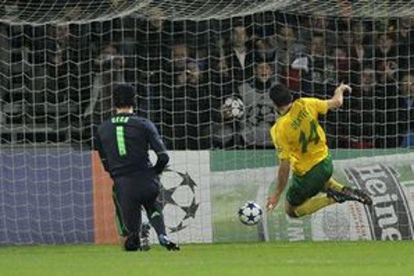Takto Tomáš Oravec prekonal bezmocného Petra Čecha v prvom súboji proti Chelsea FC.