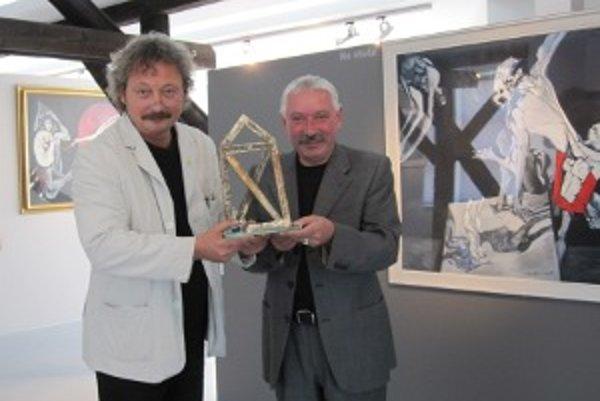 Architekt Dušan Voštenák (vľavo) s riaditeľom galérie Milanom Mazúrom a vzácnou cenou CE.ZA.AR.