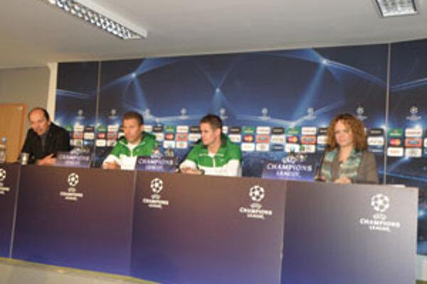 Tréner MŠK Žilina Pavel Hapal (druhý zľava) si myslí, že na Olympique jeho zverenci majú, ale bude to ťažký zápas.