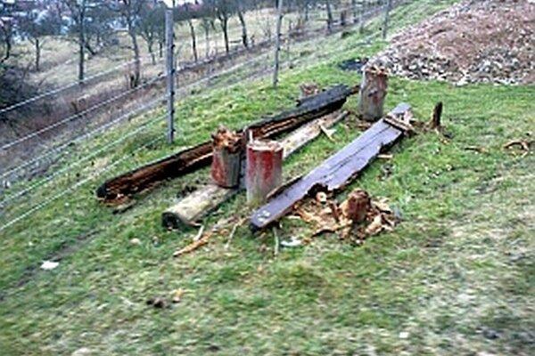 Na drevenom posedení sa vybúrili vandali.