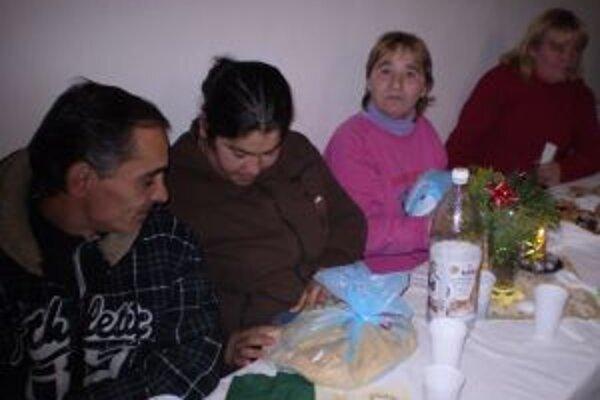 Dostávajú nielen štedrú večeru, ale aj praktické darčeky.