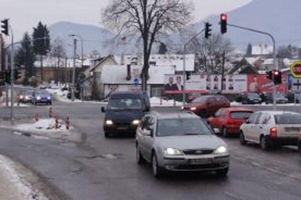 Kruhovú križovatku v Radoli nahradili semafory, intenzitu dopravy cez Vranie to však neznížilo.