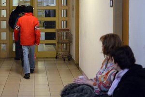 Z budovy Okresného súdu v Banskej Bystrici odchádza chlapec, ktorý na neverejnom pojednávaní svedčil v prípade, v ktorom Branislav O. z obce Poniky čelí obžalobe zo sexuálneho zneužívania maloletých.