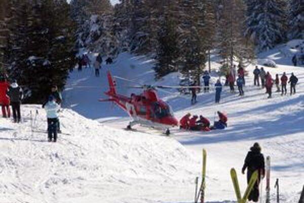 Záchranná akcia posádky vrtuľníka.