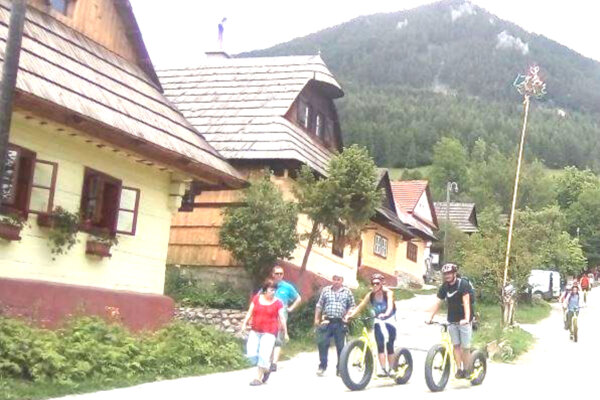 Domácim prekážajú cyklisti, ktorí sa rútia dole kopcom.
