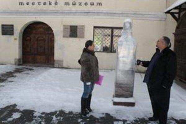 Kontroverzná socha ešte nie je odhalená.