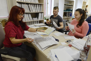 Na snímke pracovníci Daňového úradu Košice otvárajú a triedia obálky daňových priznaní poslaných poštou.