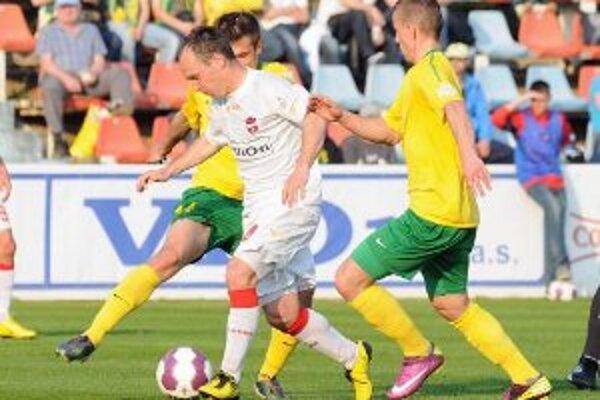 Pavol Zemanovič z FC Vion Zlaté Moravce (v strede) a Róbert Pich (vpravo) a Arturs Zjuzins (vľavo) z MŠK Žilina počas futbalového semifinále Slovenského pohára medzi FC Vion Zlaté Moravce - MŠK Žilina.